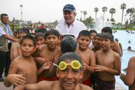 El alcalde de Lima, Luis Castañeda Lossio, con los pequeños nadadores del Club Sinchi Roca.