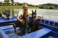 El alcalde disfrutan de un paseo en bote con dos hermosos ejemplares pertenecientes a la Brigada Canina de la Municipalidad de Lima.