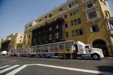 Enormes consultorios móviles van por toda la ciudad ofreciendo salud y buen trato.