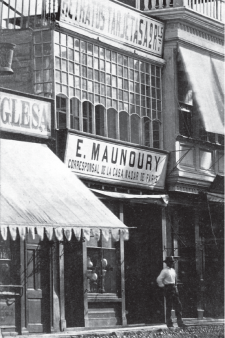 Estudio de la Sociedad Fotográfica Maunoury y Cia. en la calle de Palacio, hoy cuadra 1 del jirón de la Unión. 1863. Crédito: E. Maunoury. Colección Roberto Fantozzi.
