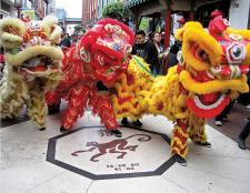 La danza del león en la calle Capón. Crédito: Archivo Sociedad ChungShan, 2015.