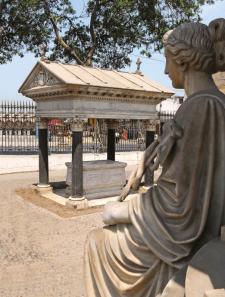 Detalle del cementerio Presbítero Maestro. Cuando se inauguró, en 1808, se encontraba fuera de los límites de los Barrios Altos. Crédito: RevistaCaretas N° 2368, 15 de enero de 2015.