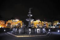 Hermosa imagen nocturna de la Plaza de Armas de Lima. Atrás, el palacio Municipal.