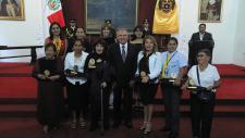 Seis mujeres destacadas posan junto al alcalde, después de recibir su condecoración en el marco del Día Internacional de la Mujer.