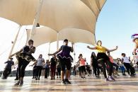 El público participó con entusiasmo de las clases de morenada, una danza típica de los Andes del sur, característica de la festividad de la Virgen de la Candelaria en Puno.