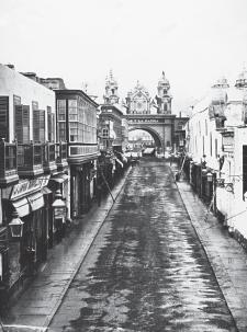 Calle de Palacio, actual cuadra 1 del jirón de la Unión. Lima, ca. 1870. Crédito: E. Courret. Archivo Courret de la BNP.