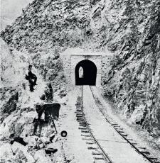 Asistente del fotógrafo con laboratorio portátil de colodión húmedo. Obras del Ferrocarril Central, 1875. Crédito: E. Courret. Archivo Courret de la BNP.