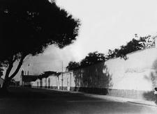 Avenida Los Incas, hoy Sebastián Lorente, en medio de lo que fue el Cercado de Indios. Al fondo se puede ver la iglesia de Santo Cristo de las Maravillas. Crédito: Colección de Luis Martín Bogdanovich.