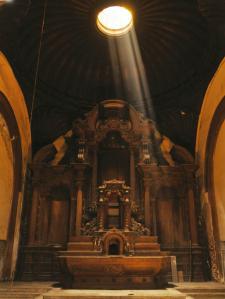 Interior de la abandonada capilla del Hospital de San Andrés. Sobre el altar mayor una hermosa cúpula de madera. Crédito: Revista Caretas N° 2357, 23 de octubre de 2014.